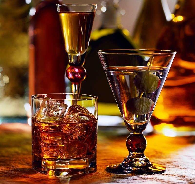 Алкогольные напитки в прозрачных бокалах