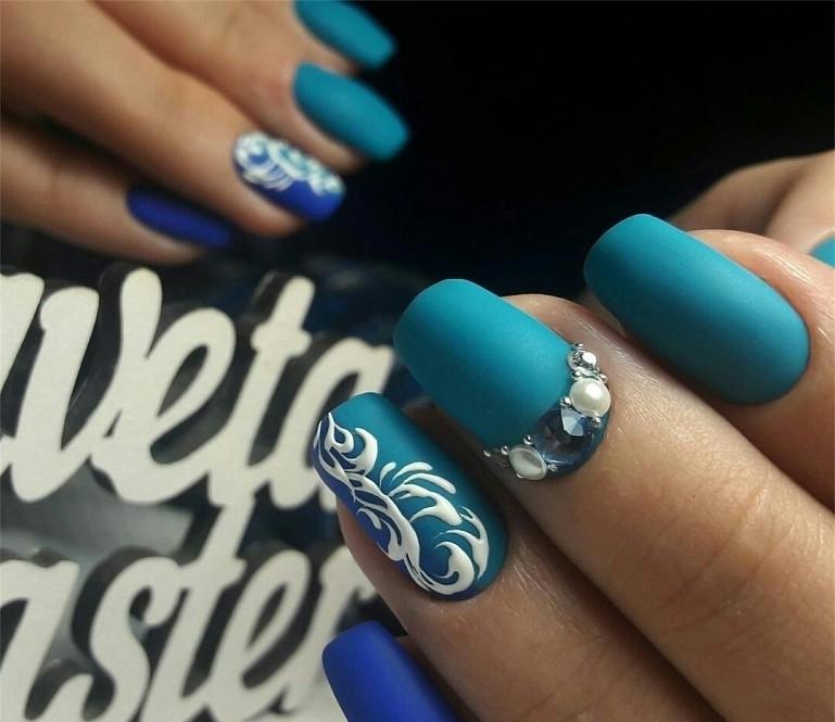 Маникюр по фэншуй, выполненный синим и голубым