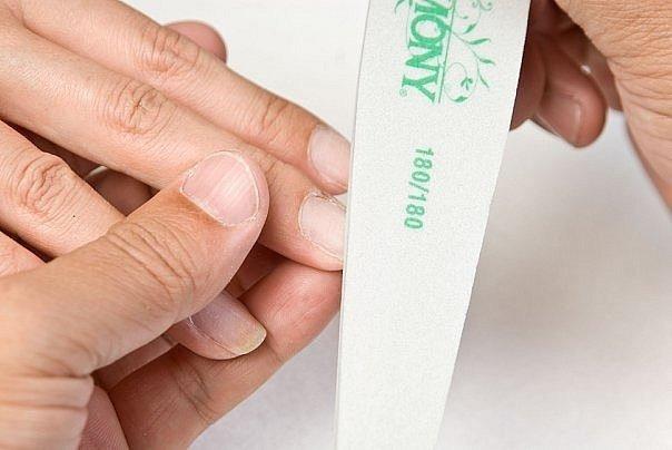 Процесс придания формы ногтям с помощью пилки