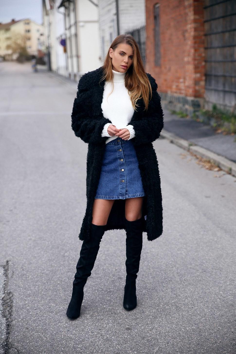 Джинсовая юбка и длинное пальто