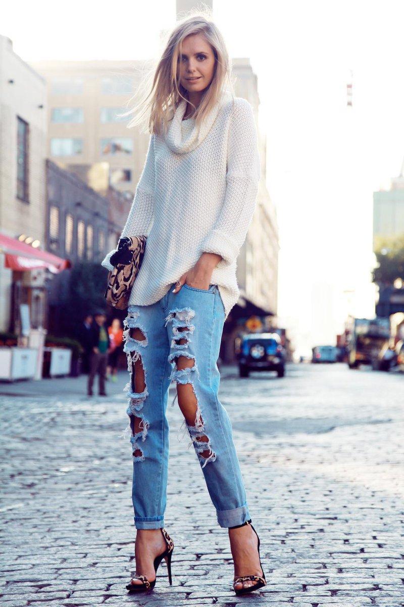 рваные джинсы и босоножки