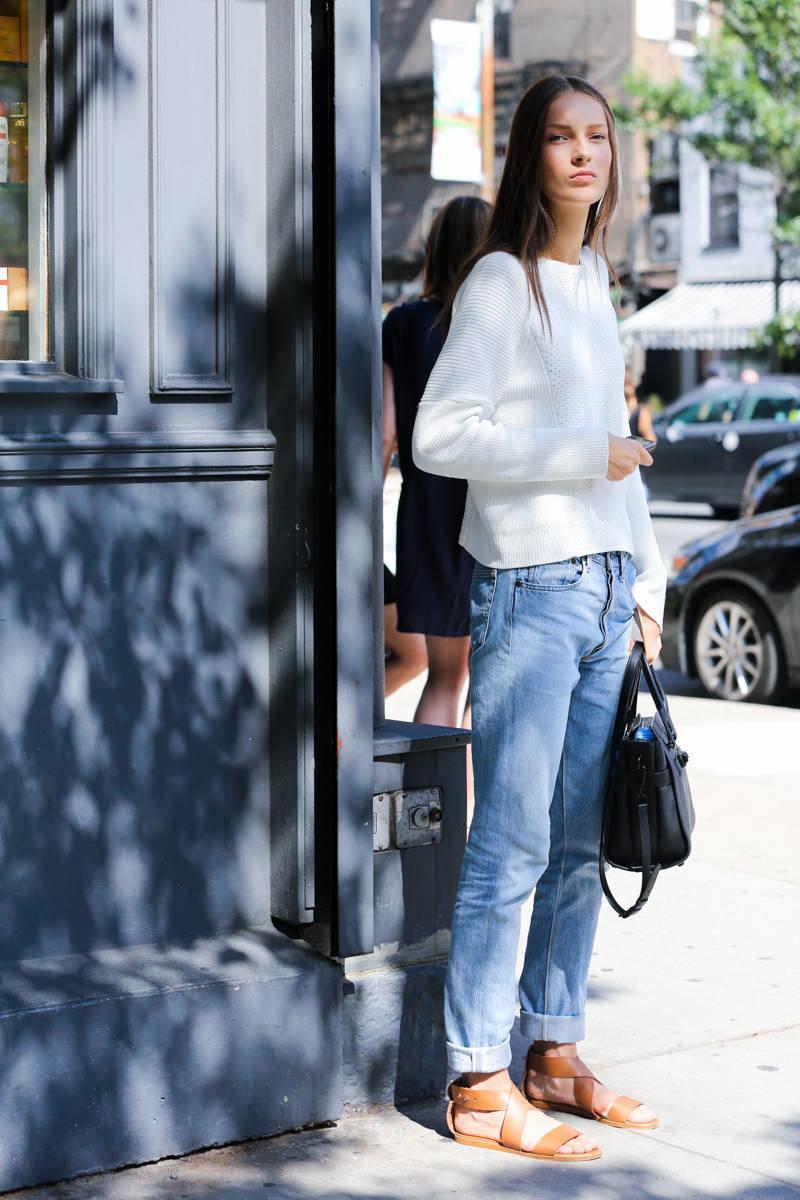 джинсы и толстовка