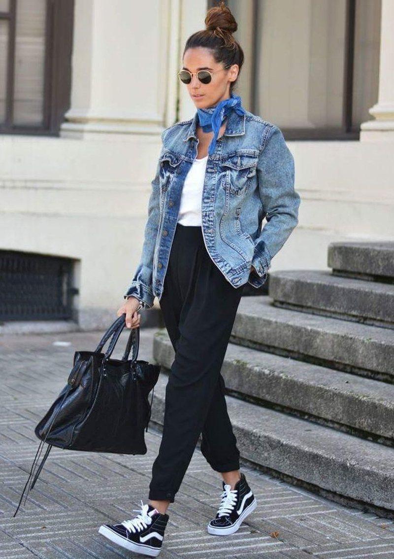 Джинсовая куртка со спортивными штанами
