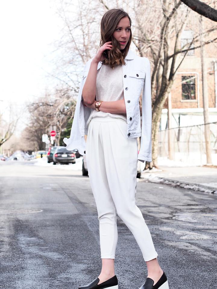 Джинсовка с белыми штанами