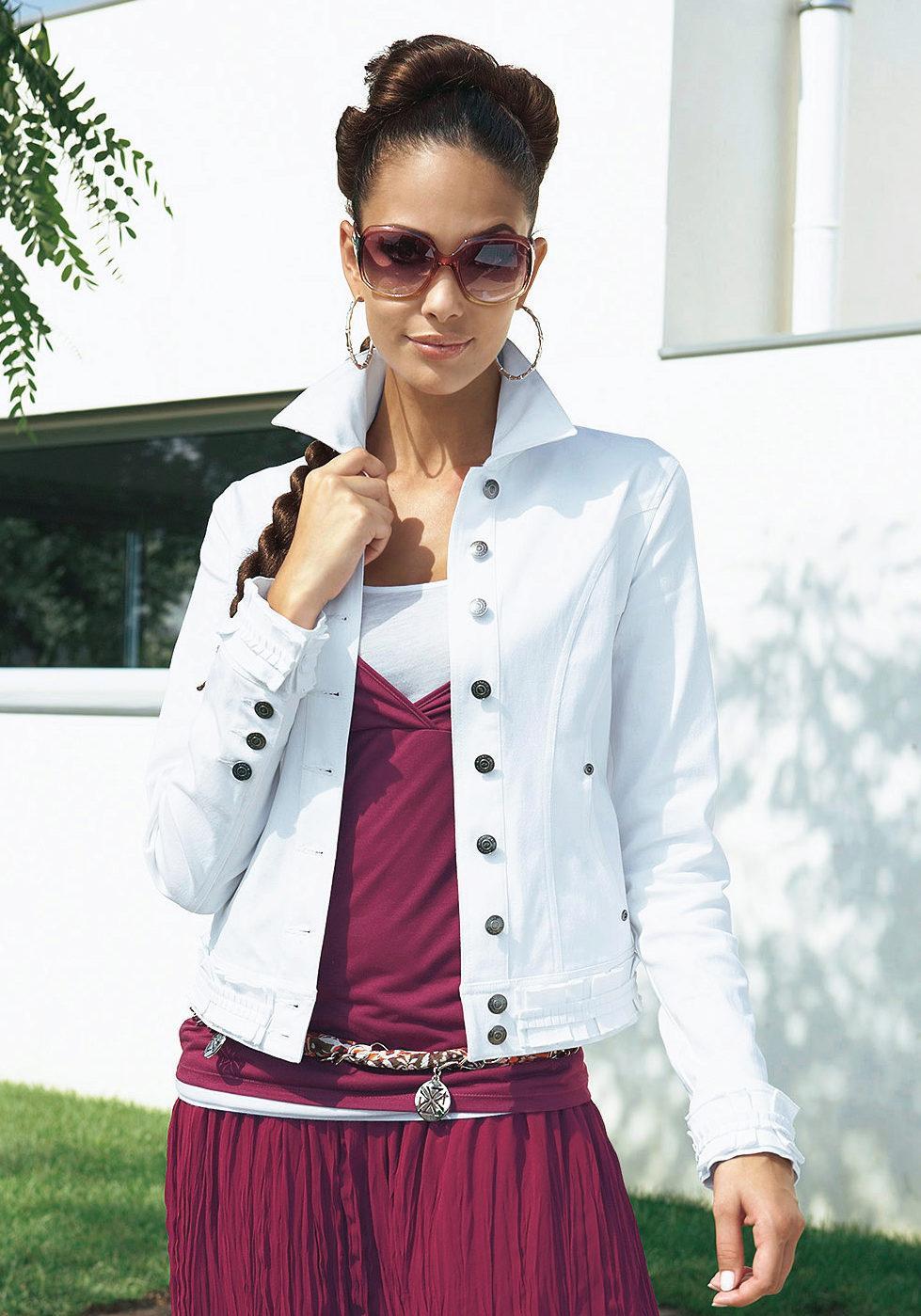 Белая джинсовка с розовым платьем