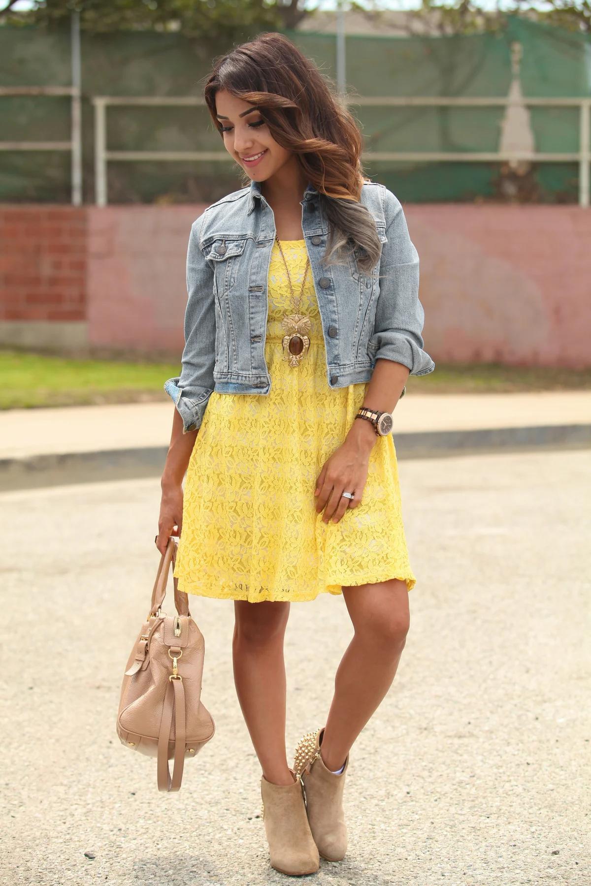 Серая куртка с желтым платьем