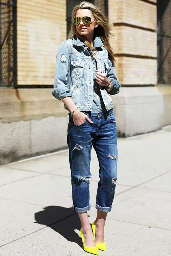 светлая джинсовка и темные джинсы