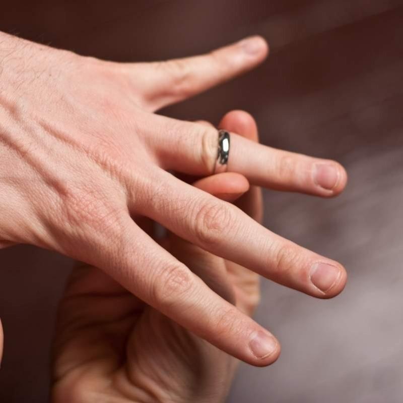 7 способов снять кольцо, если оно застряло на пальце