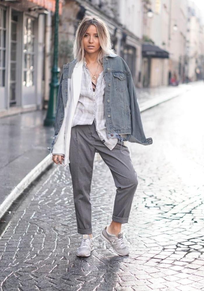 Блондинка в серой куртке
