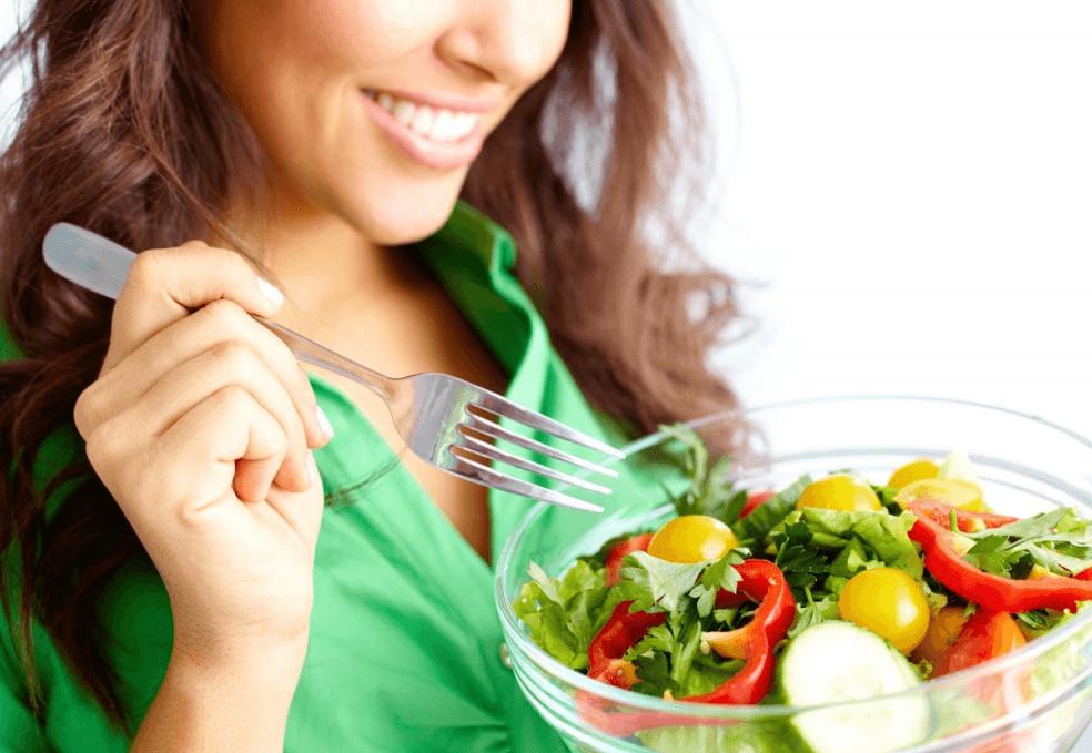 Девушка, которая ест салат