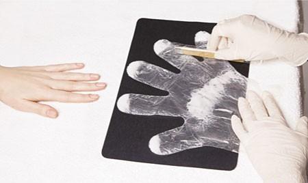 Распределение крема по одноразовой перчатке