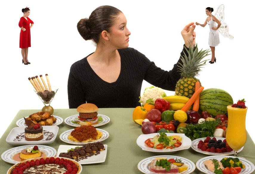 Женщина выбирает между здоровой и нездоровлй пищей