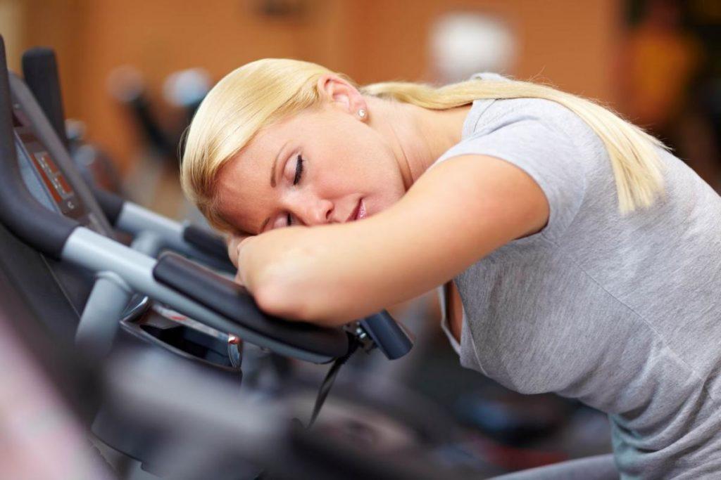 Женщина спит на тренажёре