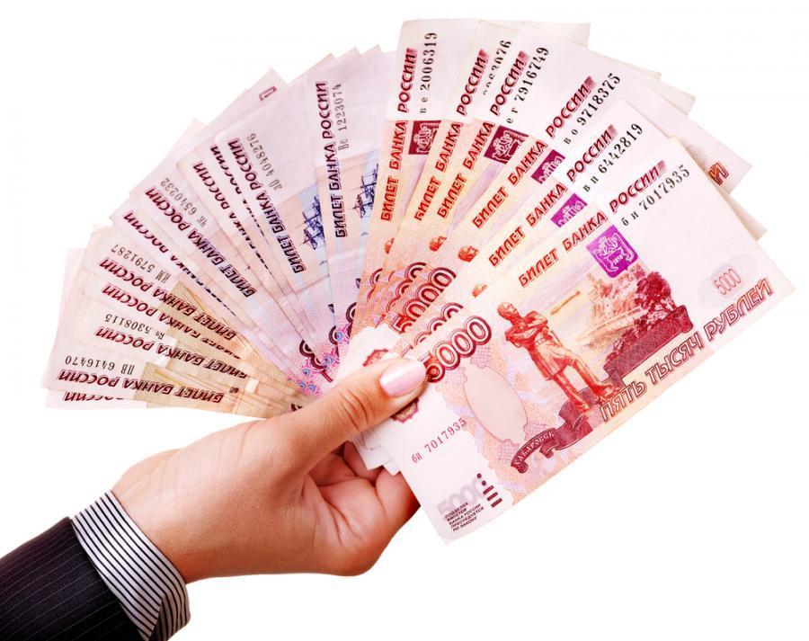 Деньги в руках у женщины