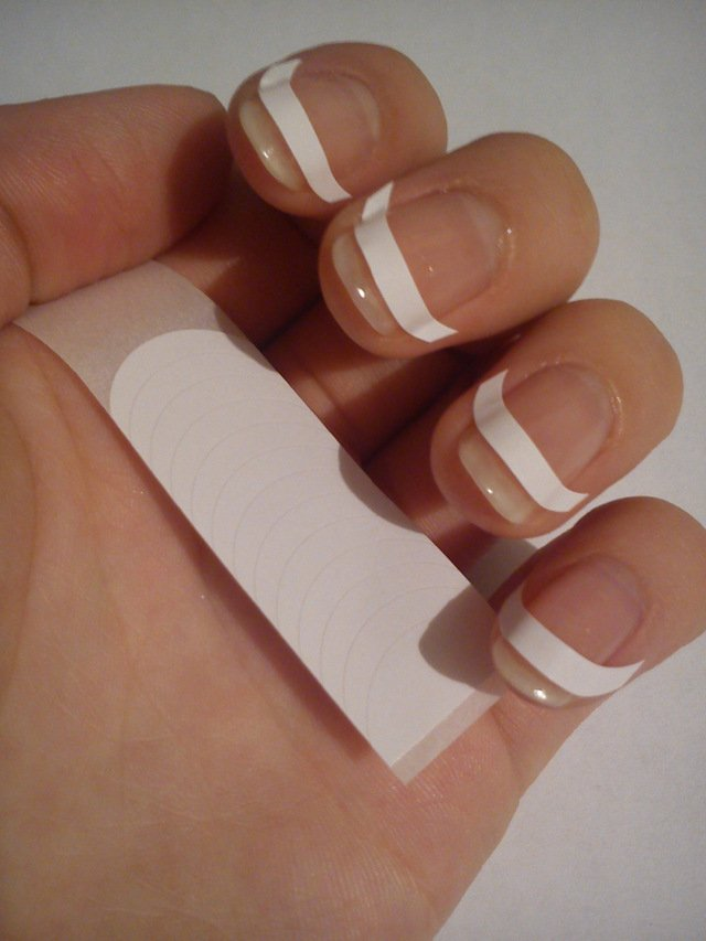 Ногти с наклеенными трафаретами