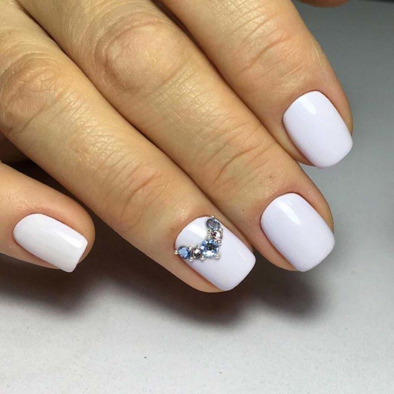 Белый маникюр на короткие ногти, который компенсирует длину и делает руки привлекательнее
