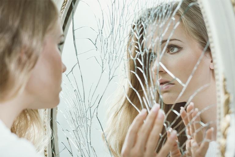 К чему бьется зеркало в доме и что по примете нужно делать с осколками