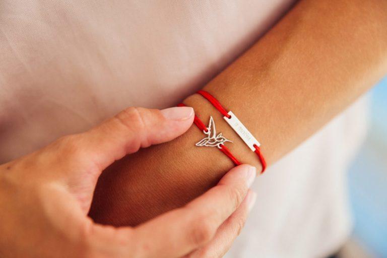 Что означает красная нить на руке человека и как правильно её завязать, чтобы привлечь удачу