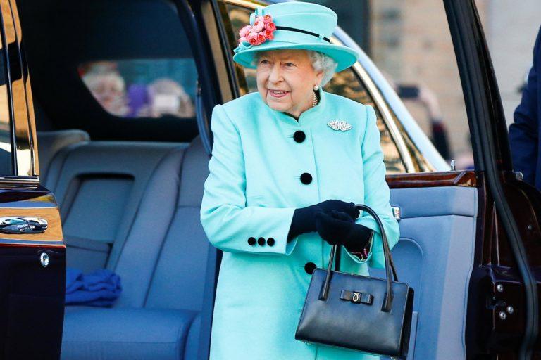 Интересней, чем кажется: как королевские особы используют дамские сумочки