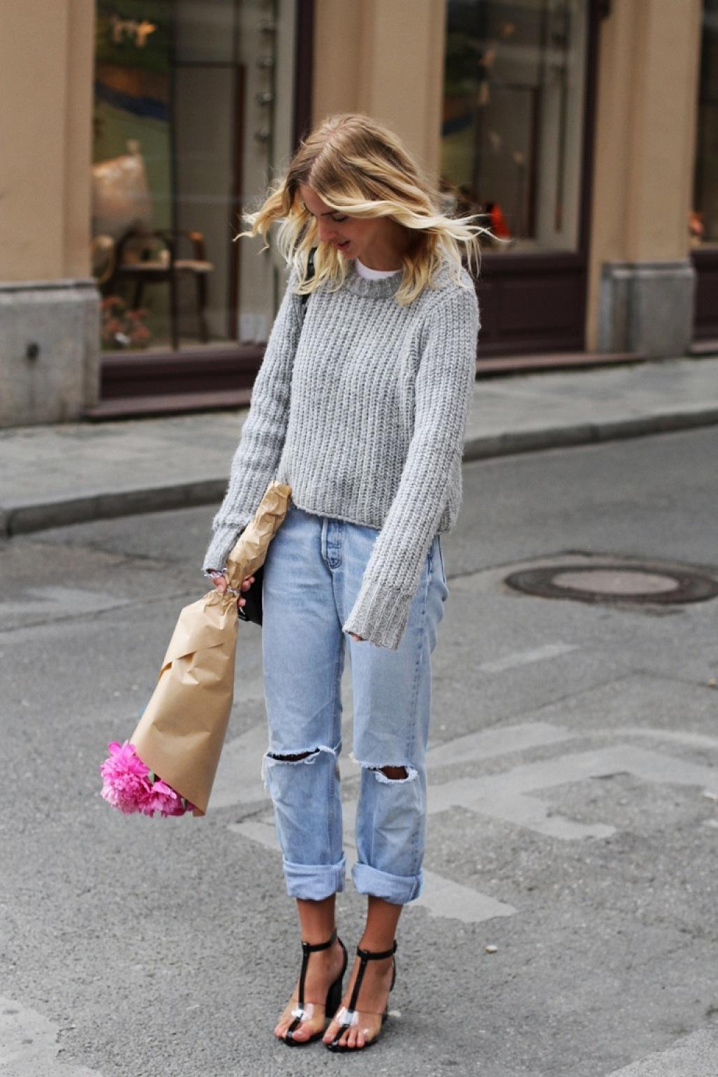 голубые джинсы и босоножки