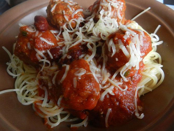 Рецепт на выходные: Фрикадельки в томатном соусе с красной фасолью
